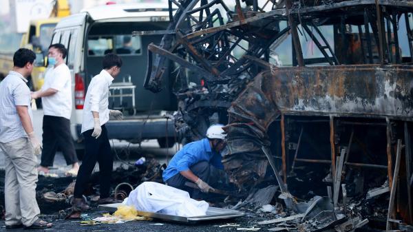 Cận cảnh hiện trường kinh hoàng vụ tai nạn giữa xe khách và xe container khiến thai phụ 6 tháng tử vong