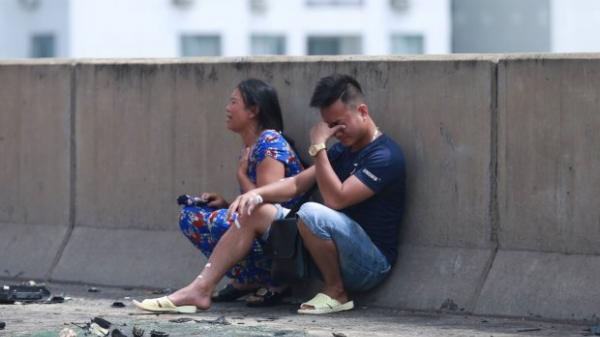 Đau xót cảnh người thân gào khóc tại hiện trường nữ thai phụ tử vong trong xe giường nằm sau hỏa hoạn kinh hoàng