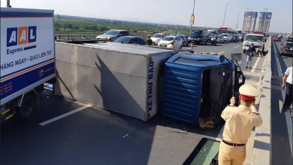 BÀNG HOÀNG: Xe tải mất lái lật ngửa chắn ngang cầu, hàng nghìn phương tiện chôn chân trong nắng nóng