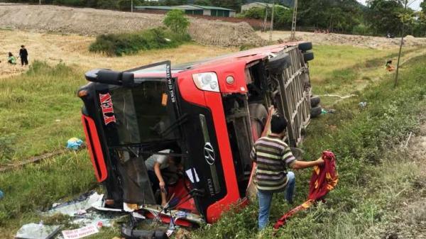NÓNG: Khởi tố tài xế vụ lật xe khách khiến 2 chị em tử vong