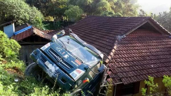 NÓNG: Bất ngờ xe tải mang BKS Thái Nguyên lùi quá đà rồi lao thẳng xuống... mái nhà dân
