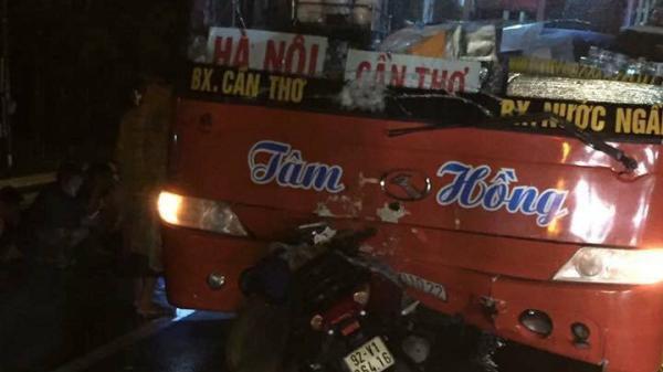 Xe khách va chạm với xe máy trong đêm mưa lớn, mẹ cùng con gái 5 tuổi tử vong thương tâm