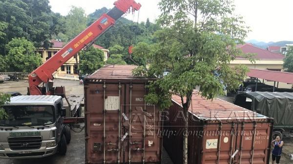 Bắc Kạn: Tạm giữ 02 thùng container chứa 4 xe ô tô con bị vứt bỏ bên đường