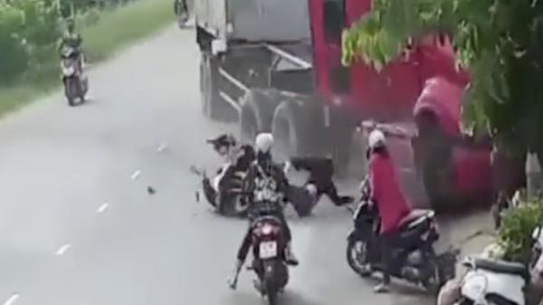 Bé gái 5 tuổi đang chơi trước nhà bị xe container húc tử vong, 4 người khác cũng bị thương