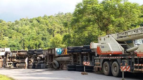 Bắc Kạn: Tai nạn kinh hoàng, xe container lật ngửa trên đường quốc lộ