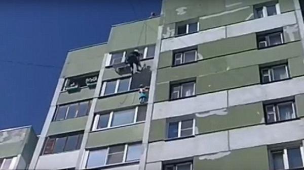 Rơi từ lầu 4, em bé sống sót kỳ diệu nhờ 2 công nhân lao đến đỡ