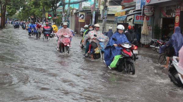 Áp thấp đột ngột xuất hiện sát đất liền, Nam Định và các tỉnh miền Bắc chìm trong nước lũ