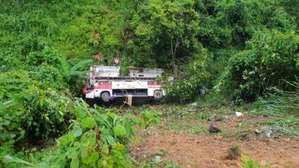 Hơn 100 người cứu hộ xe khách mang BKS Thái Bình lao xuống vực khiến nhiều người thương vong