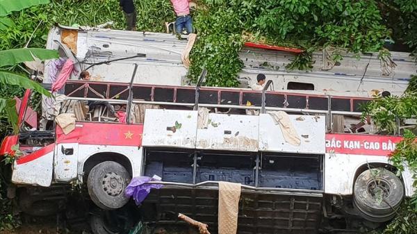 Hiện trường tai nạn thảm khốc, xe khách BKS Thái Bình lao xuống vực, ít nhất 4 người chết