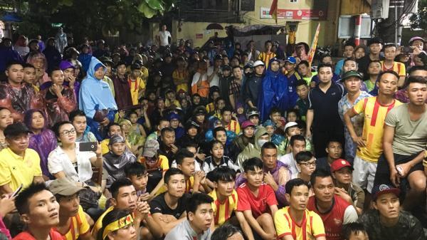 Bị cấm vào sân, hàng loạt CĐV Nam Định đội mưa đứng ngoài cổ vũ