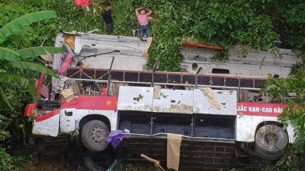Bất ngờ xe khách hướng Bắc Kạn - Cao Bằng rơi xuống vực khiến 20 người thương vong
