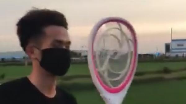 Giải pháp chống côn trùng bay vào mặt khi đang vi vu hóng mát của thanh niên lầy lội