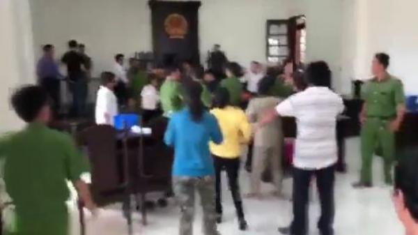 Náo loạn tại phiên tòa: Phóng viên, kiểm sát viên bị tấn công đến đổ máu