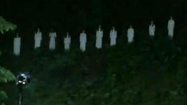 Hình ảnh 10 cô gái mặc đồ trắng trên núi tưởng nhớ 10 nữ anh hùng hy sinh ở ngã 3 Đồng Lộc