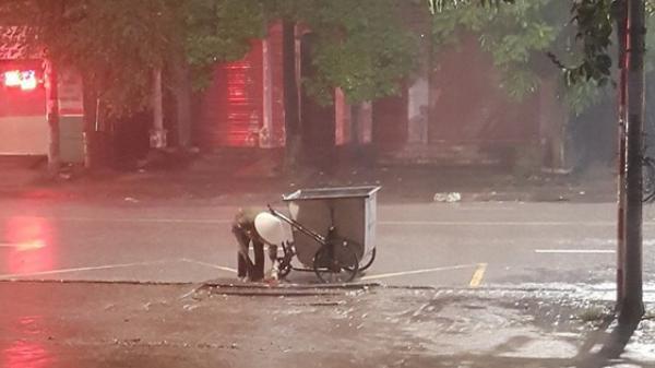 Hình ảnh cô lao công ở Thái Ngguyên cặm cụi nhặt rác cho khỏi tắc cống dưới trời mưa lớn trong đêm khiến nhiều người xúc động
