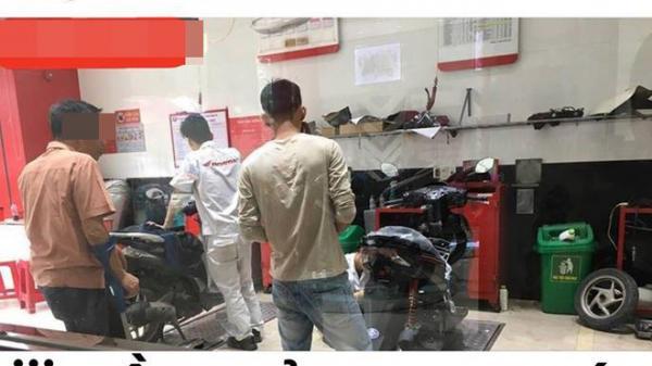Cha tàn tật vào cửa hàng xe máy cùng con trai và câu nói khiến nhiều người buồn bã