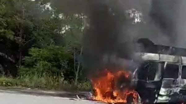 Xe tang bất ngờ bốc cháy dữ dội, người thân hoảng sợ ôm hài cốt bỏ chạy