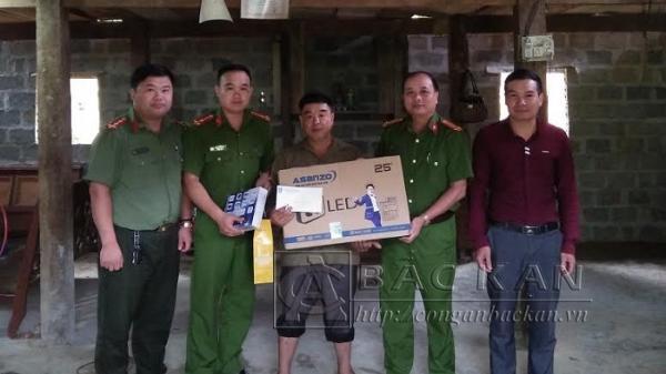 Công an huyện Chợ Mới: Hỗ trợ hộ 1 gia đình thoát nghèo tại xã Bình Văn
