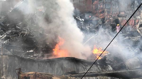 Nóng: Đám cháy chợ Gạo bùng phát trở lại bất chấp cơn mưa lớn buổi sáng