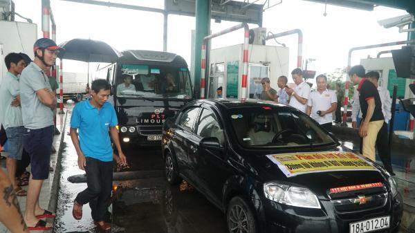 Nóng: Nhiều tài xế tập trung phản đối tại trạm BOT Mỹ Lộc khiến ùn tắc kéo dài