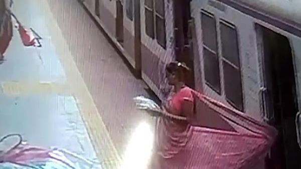 Thót tim: Mắc kẹt váy vào cửa tàu hỏa, người phụ nữ bị kéo lê trên đường ray