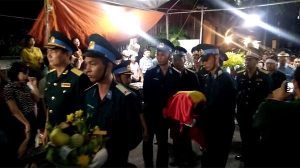 Rưng rưng nước mắt phút đón di hài Đại tá phi công hy sinh về đất mẹ Thái Bình