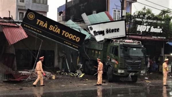 KINH HOÀNG: Ôtô tông sập nhiều nhà dân, 2 mẹ con tử vong tại chỗ