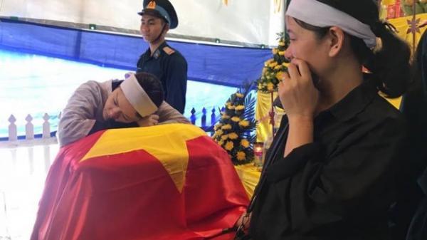 Người vợ trẻ gục xuống ôm di cốt liệt sĩ phi công Su-22 trước khi tiễn anh về đất mẹ Thái Bình