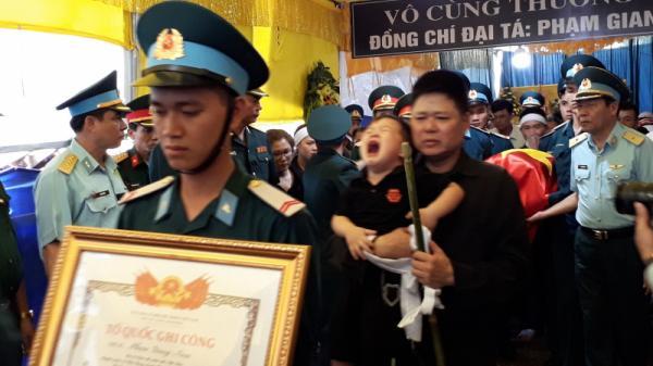 Hàng nghìn người tiễn đưa liệt sỹ phi công về đất mẹ Thái Bình