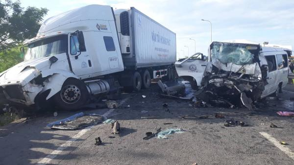 Thương tâm: Chú rể và 12 người đi rước dâu tử vong khi xe khách đâm xe container