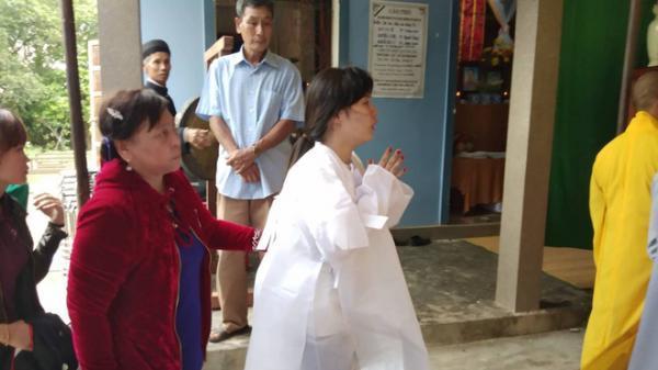 """Cô dâu vượt 600km mặc áo tang lạy di ảnh chú rể ngày cưới: """"Chỉ vài tiếng nữa là mình thành vợ chồng"""""""