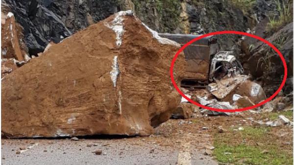 Bắc Kạn: Đá lở chẹn đường đèo khiến xe tải nát cả đầu