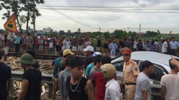Nam Định: Tàu hỏa tông nát ô tô, nhiều người thương vong