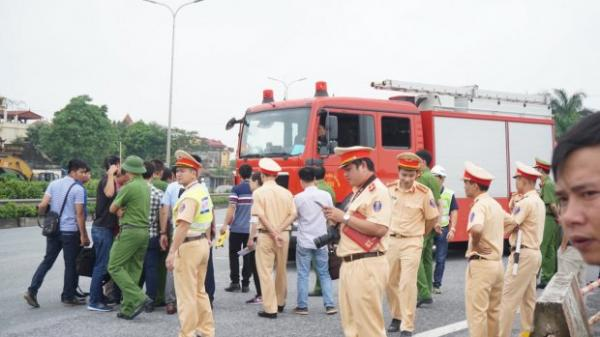 Dựng lại hiện trường vụ xe khách tông xe cứu hỏa trên cao tốc Pháp Vân khiến 1 chiến sĩ công an tử vong tại chỗ