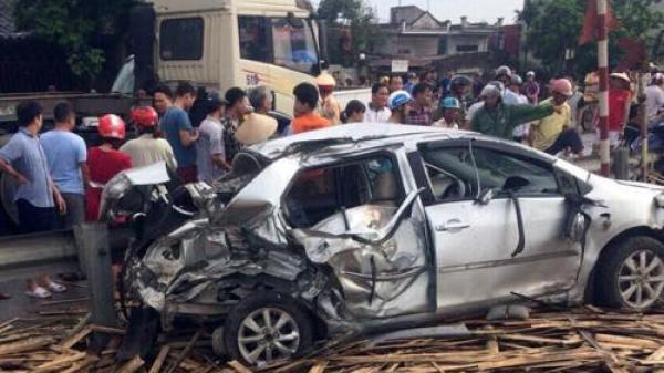 Nam Định: Phá cửa cứu người trong ô tô bẹp dúm sau tai nạn đường sắt