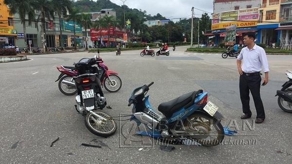 Bắc Kạn: Đi với tốc độ cao 2 xe máy đối đầu kinh hoàng khiến nhiều người bị thương