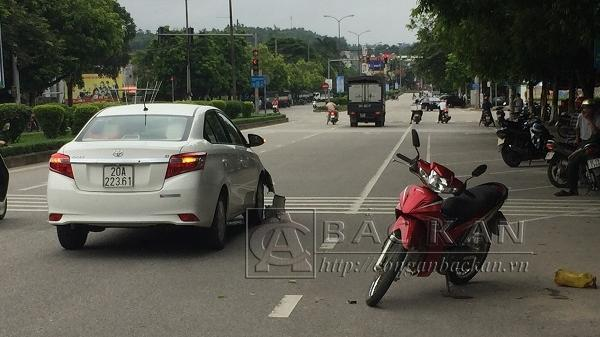 Xe ô tô BKS Thái Nguyên bất ngờ va chạm giao thông ngay giữa trung tâm thành phố