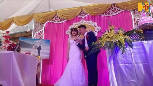 Chú rể giật mic hát tặng cô dâu, vừa cất giọng mọi người buông đũa vỗ tay vì điều này...