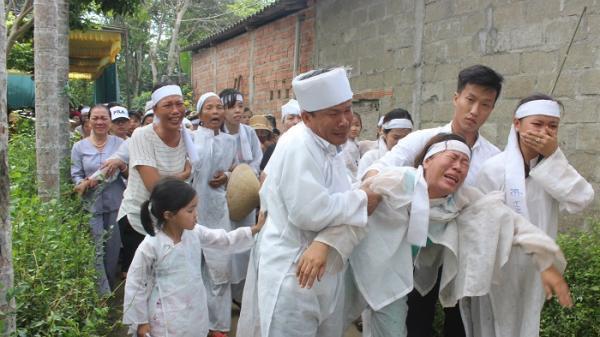 Tai nạn thảm khốc khiến 13 người tử vong: Nhói lòng con trẻ ngất lịm ngày tiễn cha
