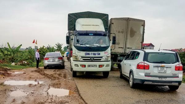 """BOT Bắc Ninh: Tài xế """"né"""" trạm trốn phí, xe tải """"cày nát"""" đường đê"""