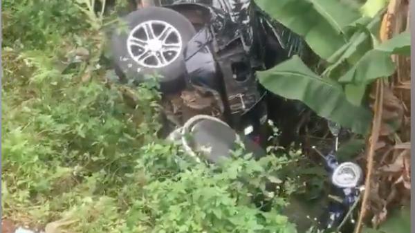 Tránh ô tô vượt ẩu, xe tải húc văng xe con và xe máy xuống bờ kè
