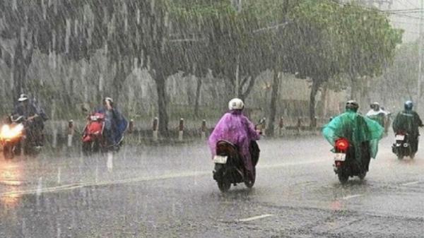 Hai ngày cuối tuần Bắc Ninh tiếp tục mưa to đến rất to, người dân ra đường cần chú ý an toàn