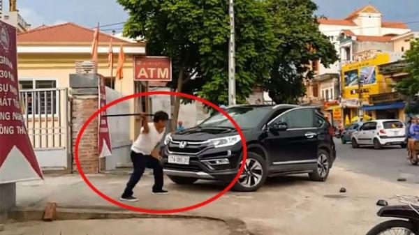 Bảo vệ ngân hàng đập ôtô của khách: Bị đánh trước