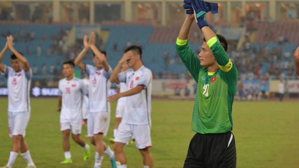 Bất ngờ Bùi Tiến Dũng mang băng đội trưởng, cùng cầu thủ U23 Việt Nam chào cảm ơn khán giả