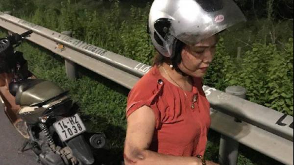 Video: 2 vợ chồng ngã lăn ra đường vì bị cướp giật túi xách