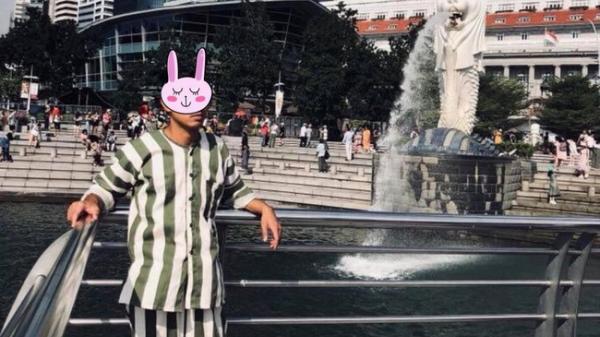Nóng trên mạng: Thanh niên mặc đồ kẻ sọc giống quần áo của phạm nhân check-in ở Singapore khiến dân tình xôn xao
