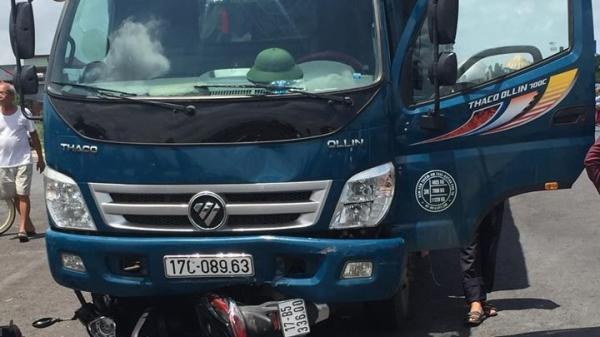 Xe máy bị xe tải nuốt vào gầm, một phụ nữ nguy kịch
