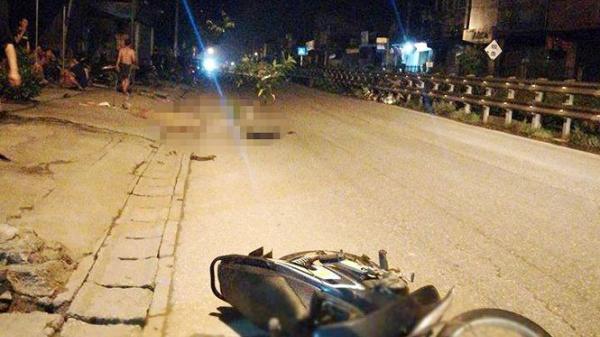 Thương tâm: Hai thanh niên thương vong ngay gần chiếc xe máy lúc rạng sáng