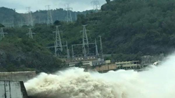 NÓNG: Hồ chứa Hòa Bình có thể phải mở thêm cửa xả đáy, Nam Định và hàng loạt tỉnh đối mặt với lũ lụt hạ du