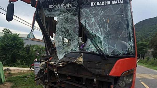 """Kinh hoàng xe khách BKS Thái Nguyên đâm liên hoàn, xe tải """"vạ lây"""" lao thẳng vào nhà dân"""